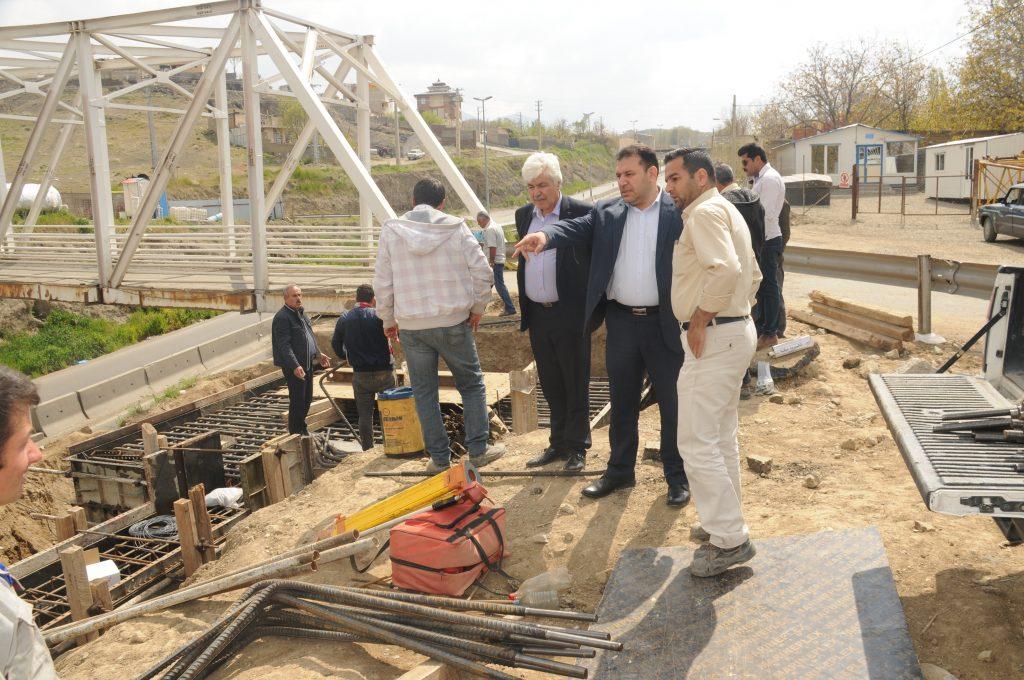 بازدید ریس شورای اسلامی شهر و شهردار رودهن از روند احداث پل کابلی روگذر جاده فیروزکوه